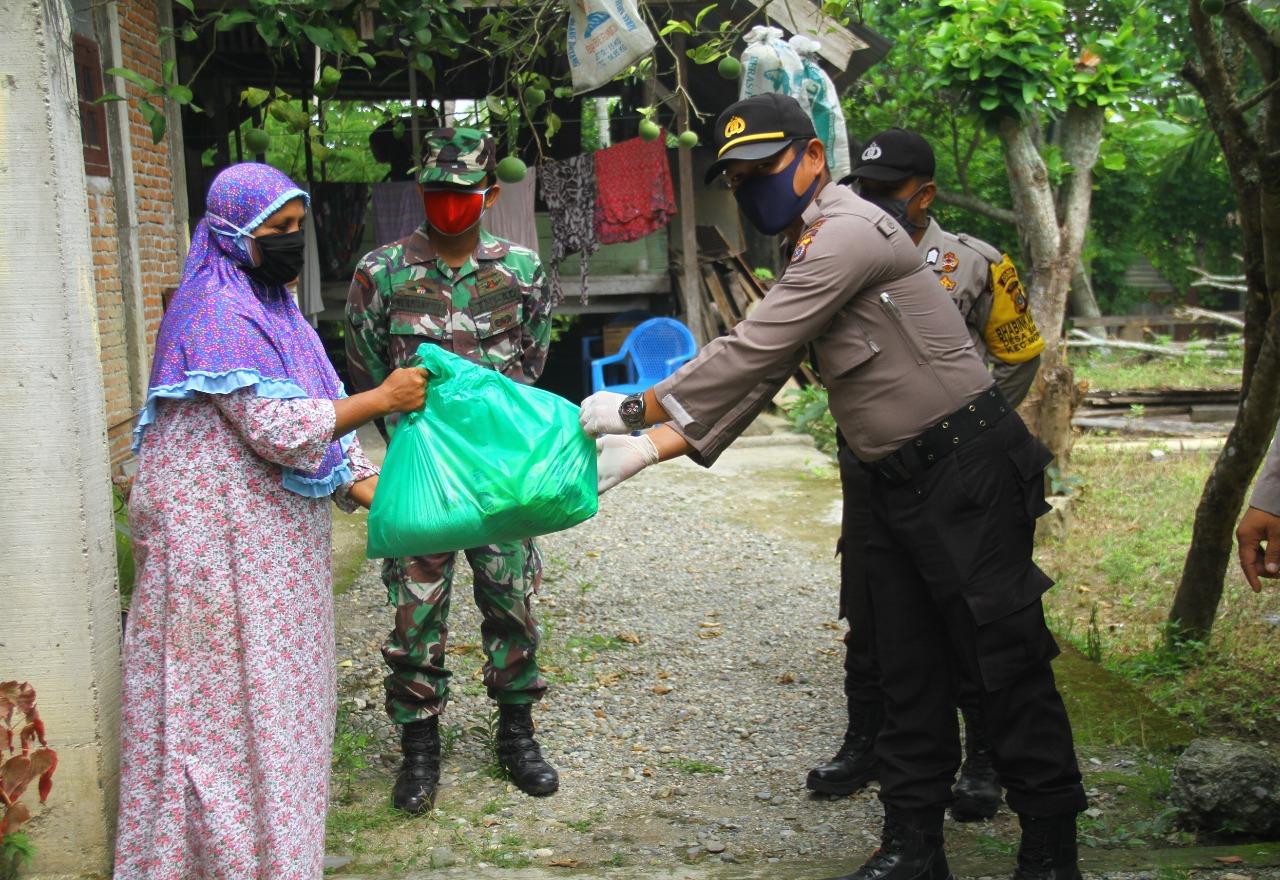 Polda Aceh dan Kodam IM Salurkan Sembako Untuk Warakawuri dan Dhuafa