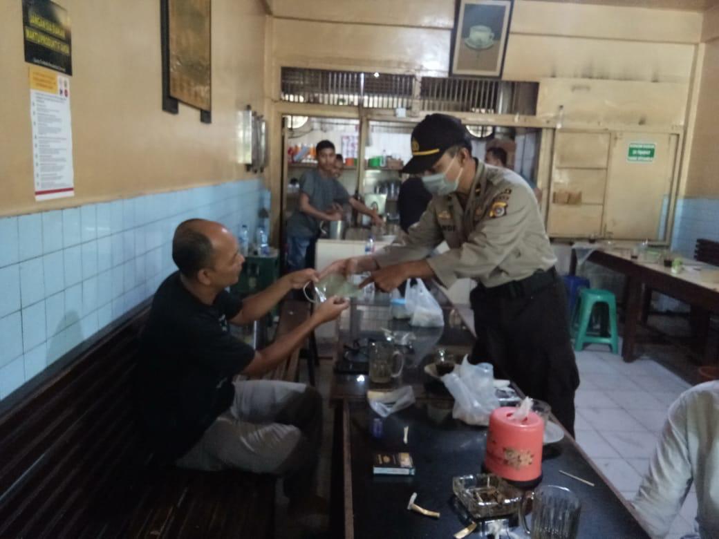 Ditbinmas Polda Aceh Bagikan Masker Untuk Warga