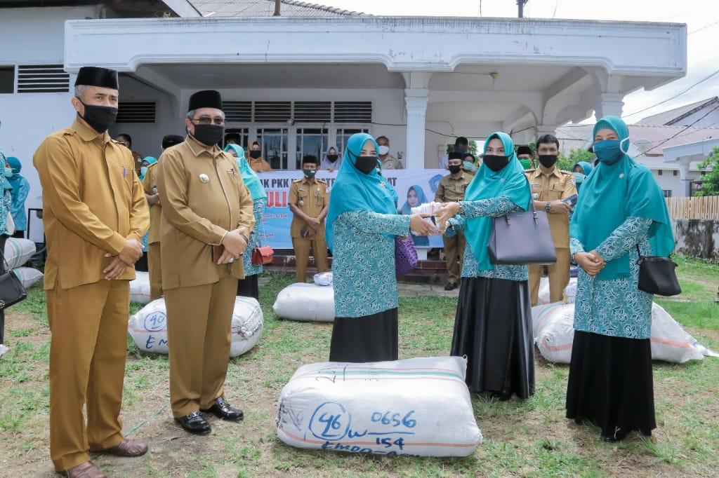 Pemda Bersama TP PKK Aceh Barat Bagikan 200 ribu Masker