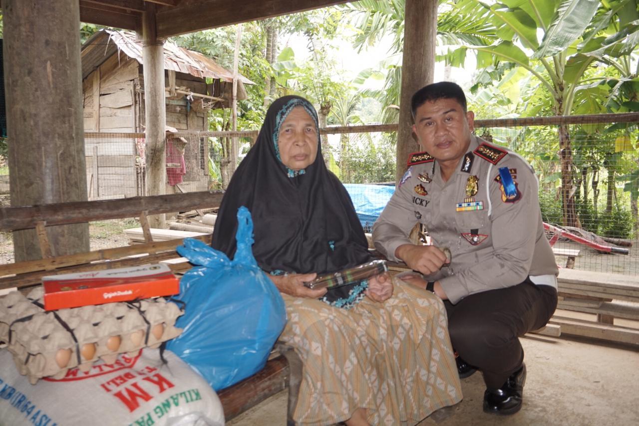 Dirlantas Polda Aceh Serahkan Bantuan Sembako Untuk Warga Kurang Mampu