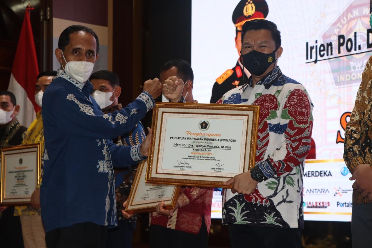 Malam Anugerah PWI, Kapolda Aceh Dapat Penghargaan